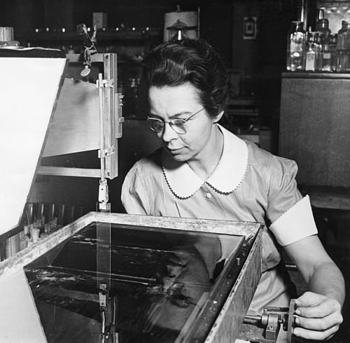 500px-Katharine_Burr_Blodgett_(1898-1979),_demonstrating_equipment_in_lab